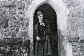 virginia-woolf-at-knole-house-kent-in-1928-the-home-of-the-sackville-ba28rb